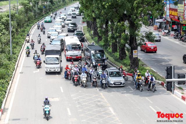 Hà Nội nắng nóng 41 độ C: Dân Thủ đô uể oải ra đường - Ảnh 6.