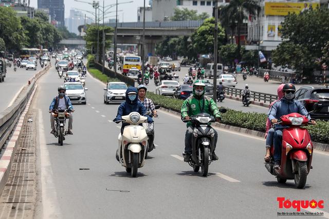 Hà Nội nắng nóng 41 độ C: Dân Thủ đô uể oải ra đường - Ảnh 1.