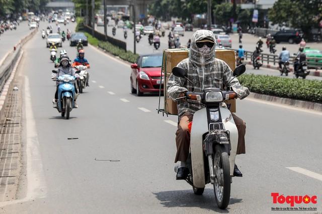Hà Nội nắng nóng 41 độ C: Dân Thủ đô uể oải ra đường - Ảnh 12.