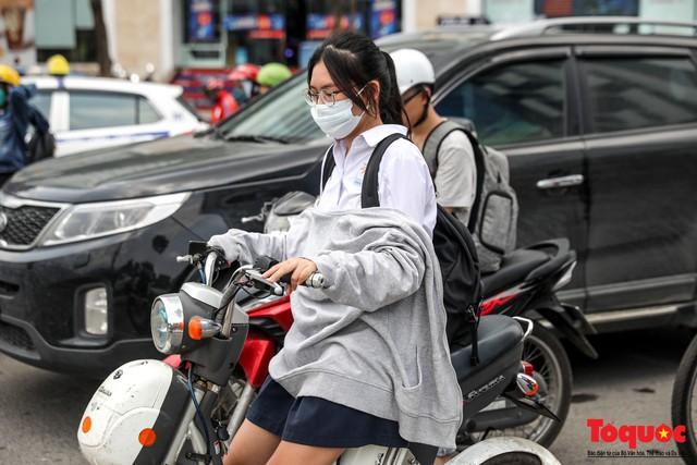 Hà Nội nắng nóng 41 độ C: Dân Thủ đô uể oải ra đường - Ảnh 9.