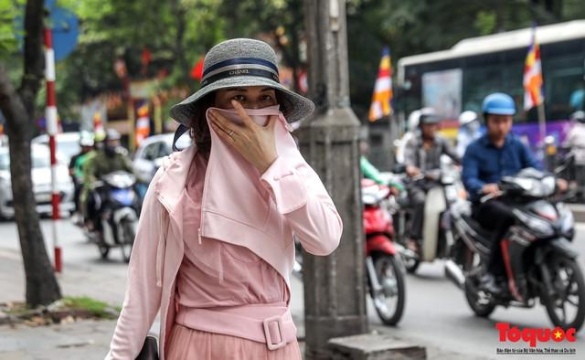Hà Nội nắng nóng 41 độ C: Dân Thủ đô uể oải ra đường - Ảnh 10.