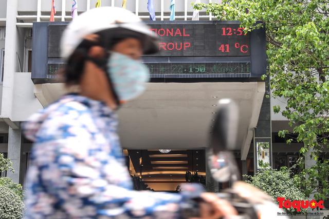 Hà Nội nắng nóng 41 độ C: Dân Thủ đô uể oải ra đường - Ảnh 2.