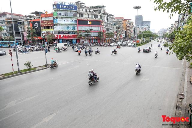 Hà Nội nắng nóng 41 độ C: Dân Thủ đô uể oải ra đường - Ảnh 11.
