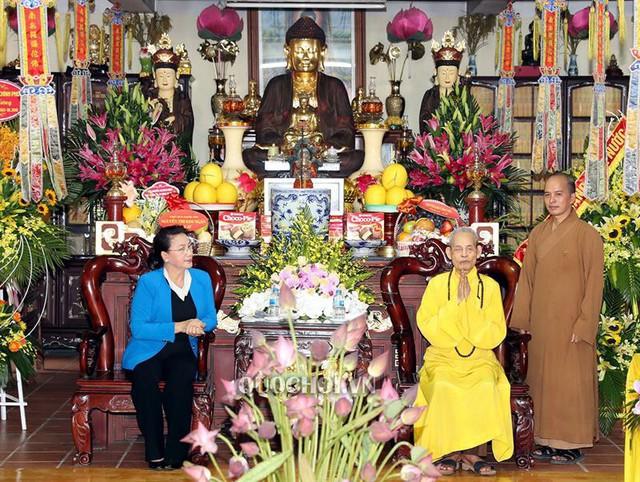 Chủ tịch Quốc hội Nguyễn Thị Kim Ngân thăm, chúc mừng pháp chủ giáo hội Phật giáo Việt Nam - Ảnh 1.