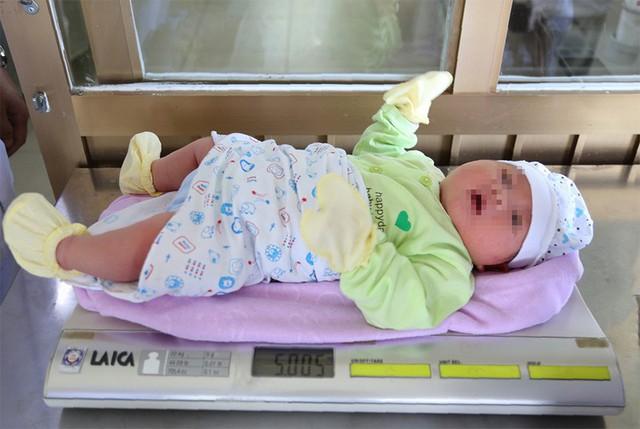 Bé trai cân nặng 5kg vừa chào đời tại Bệnh viện đa khoa Quảng Ninh - Ảnh 1.