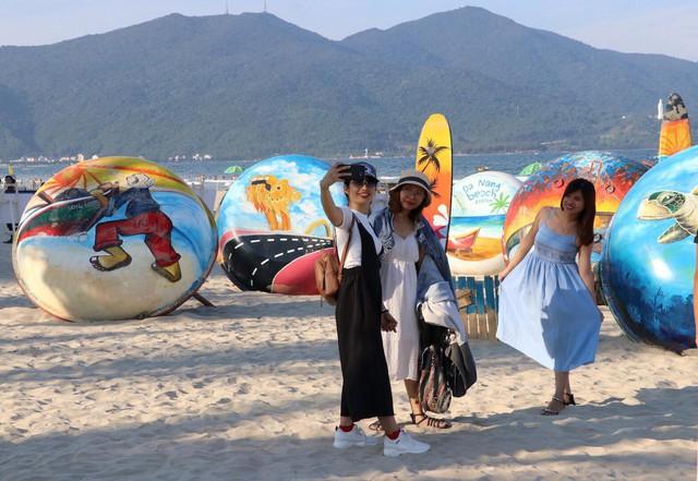 Vì sao khách du lịch đến Đà Nẵng dịp lễ tăng?  - Ảnh 2.