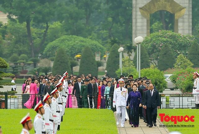 Lãnh đạo Đảng, Nhà nước vào Lăng viếng Chủ tịch Hồ Chí Minh trước kỳ họp Quốc hội - Ảnh 1.