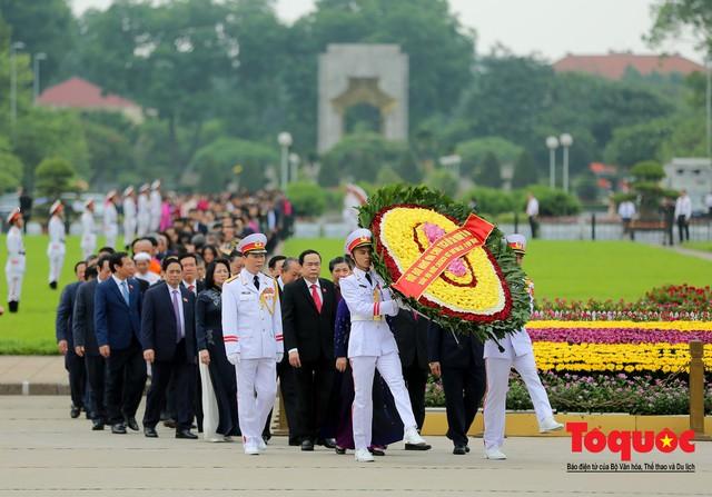 Lãnh đạo Đảng, Nhà nước vào Lăng viếng Chủ tịch Hồ Chí Minh trước kỳ họp Quốc hội - Ảnh 2.