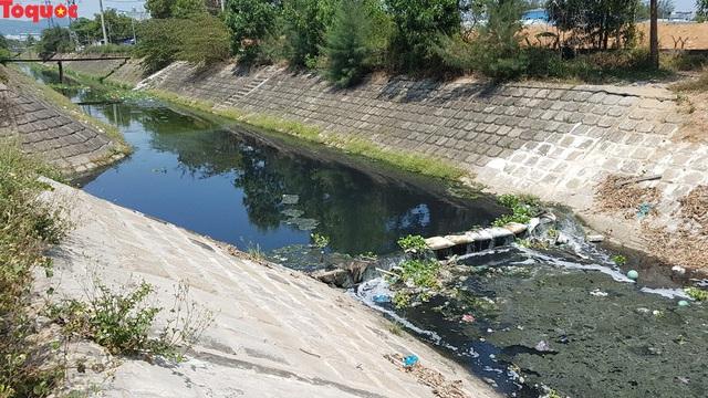 Hãi hùng nhìn dòng nước đen ngòm trên kênh Khe Cạn  - Ảnh 9.