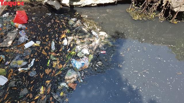 Hãi hùng nhìn dòng nước đen ngòm trên kênh Khe Cạn  - Ảnh 4.
