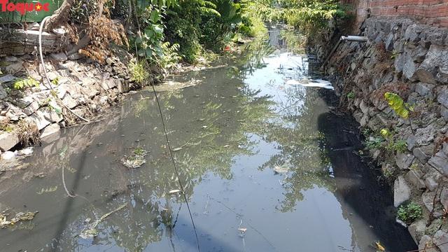 Hãi hùng nhìn dòng nước đen ngòm trên kênh Khe Cạn  - Ảnh 2.