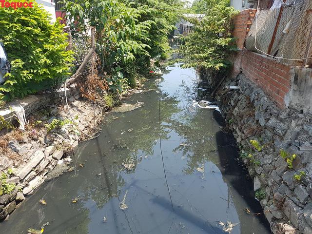Hãi hùng nhìn dòng nước đen ngòm trên kênh Khe Cạn  - Ảnh 6.