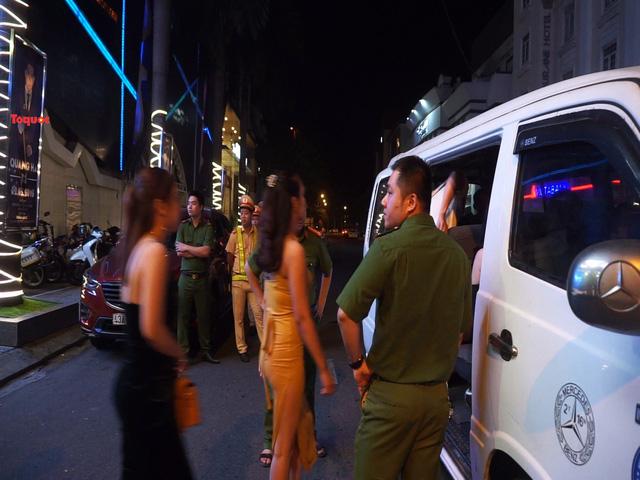 Đột kích vũ trường New Phương Đông, cảnh sát phát hiện hàng chục người dương tính ma túy - Ảnh 2.