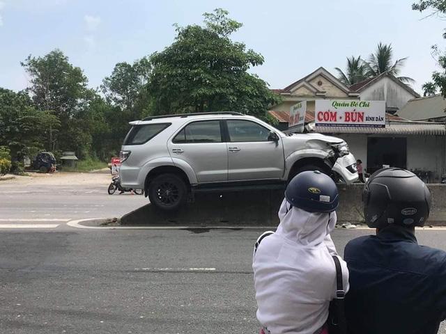 Hy hữu: Xe Fortuner mất lái rồi đậu gọn trên dải phân cách quốc lộ - Ảnh 2.