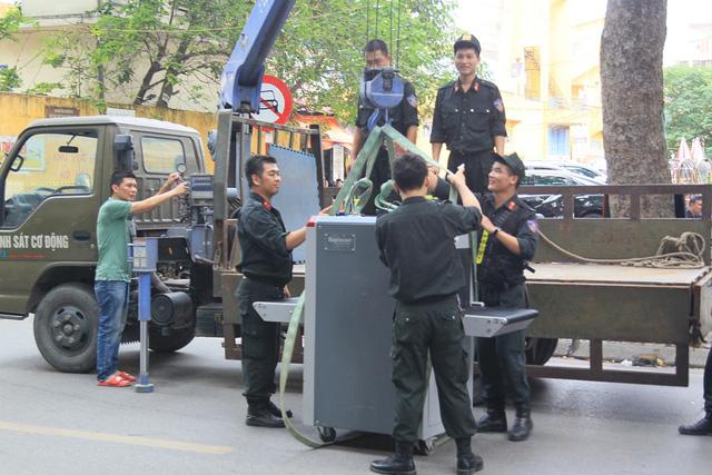 Công an thắt chặt an ninh trước giờ CĐV Hải Phòng đổ bộ, Hàng Đẫy tái hiện AFF Cup 2018 - Ảnh 4.