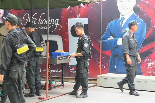 Công an thắt chặt an ninh trước giờ CĐV Hải Phòng đổ bộ, Hàng Đẫy tái hiện AFF Cup 2018 - Ảnh 5.