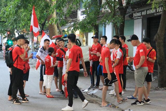 Công an thắt chặt an ninh trước giờ CĐV Hải Phòng đổ bộ, Hàng Đẫy tái hiện AFF Cup 2018 - Ảnh 9.