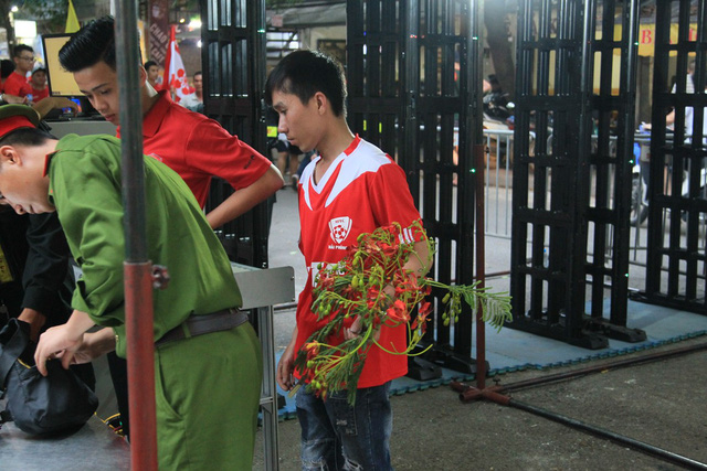 Công an thắt chặt an ninh trước giờ CĐV Hải Phòng đổ bộ, Hàng Đẫy tái hiện AFF Cup 2018 - Ảnh 11.