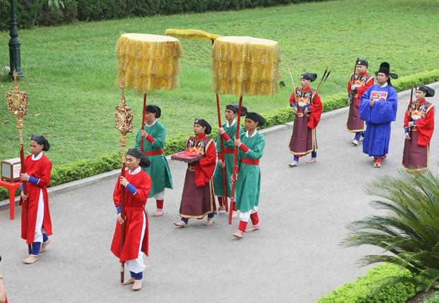 Lần đầu tiên tái hiện Vua ban quạt vào dịp Tết Đoan Ngọ thời Lê Trung Hưng tại Hoàng thành Thăng Long - Ảnh 2.