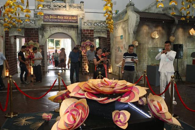 Lần đầu tiên tái hiện Vua ban quạt vào dịp Tết Đoan Ngọ thời Lê Trung Hưng tại Hoàng thành Thăng Long - Ảnh 4.