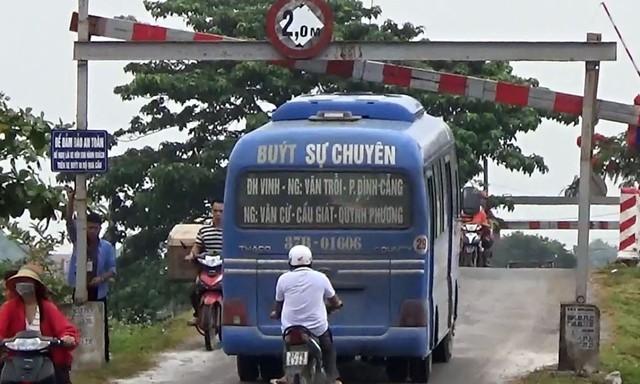Nghệ An: Xe buýt tự ý mở rào chắn, liều mình chở khách qua cầu yếu - Ảnh 2.