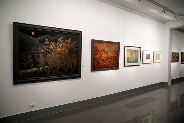 Những bức tranh tái hiện kí ức hào hùng của chiến thắng lịch sử Điện Biên Phủ sau 65 năm - Ảnh 2.