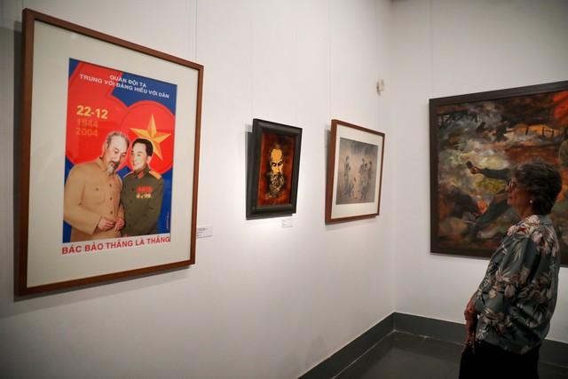 Những bức tranh tái hiện kí ức hào hùng của chiến thắng lịch sử Điện Biên Phủ sau 65 năm - Ảnh 9.