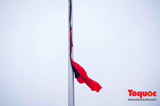 Lễ treo cờ rủ trong ngày Quốc tang Đại tướng Lê Đức Anh - Ảnh 9.