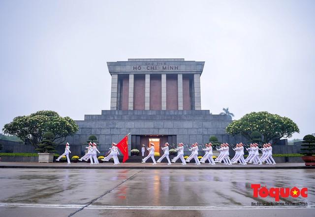 Lễ treo cờ rủ trong ngày Quốc tang Đại tướng Lê Đức Anh - Ảnh 11.