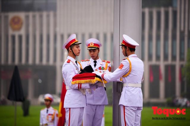 Lễ treo cờ rủ trong ngày Quốc tang Đại tướng Lê Đức Anh - Ảnh 4.