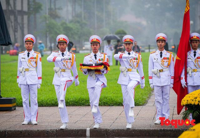 Lễ treo cờ rủ trong ngày Quốc tang Đại tướng Lê Đức Anh - Ảnh 2.