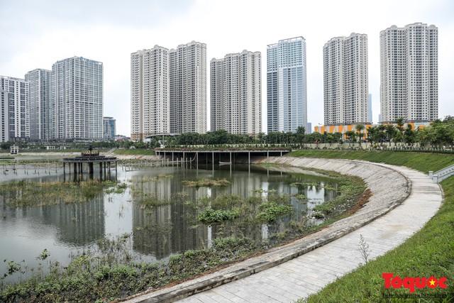 Hà Nội tăng cường công nhân dọn dẹp công viên 300 tỷ  đang bị ô nhiễm nặng - Ảnh 2.