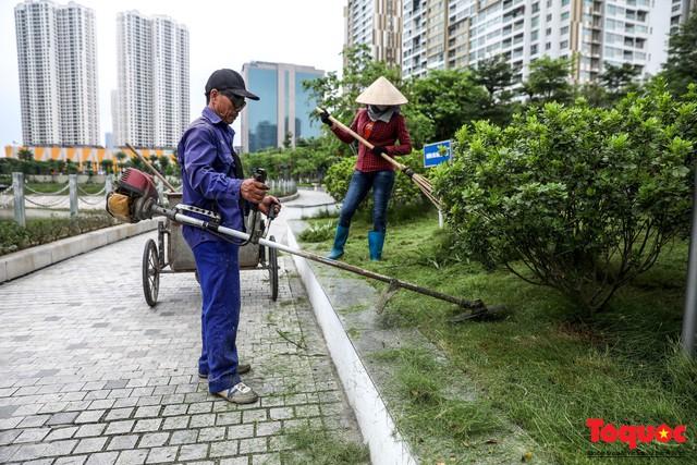 Hà Nội tăng cường công nhân dọn dẹp công viên 300 tỷ  đang bị ô nhiễm nặng - Ảnh 10.