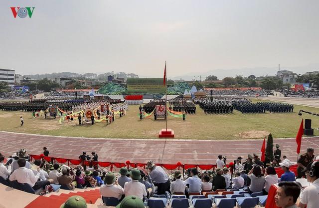 Hình ảnh mít tinh, diễu hành kỷ niệm 65 năm chiến thắng Điện Biên Phủ - Ảnh 3.