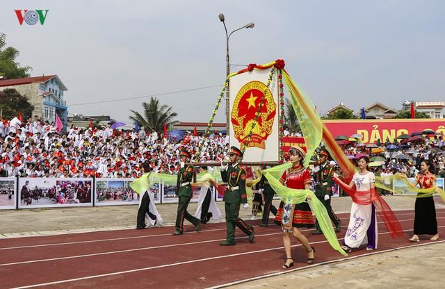 Hình ảnh mít tinh, diễu hành kỷ niệm 65 năm chiến thắng Điện Biên Phủ - Ảnh 4.