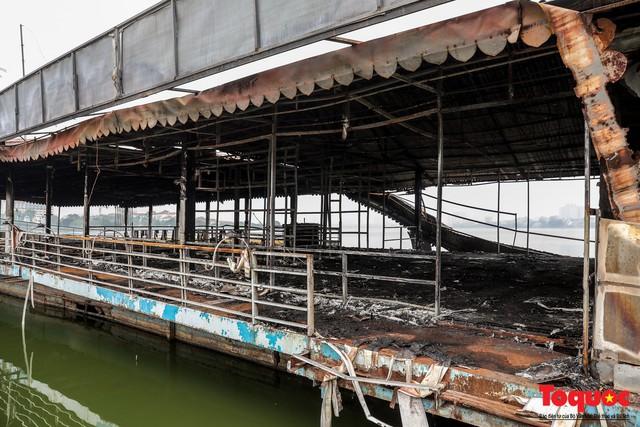 Tiềm ẩn nguy cơ cháy nổ ở bến thuyền bỏ hoang ven Hồ Tây - Ảnh 4.