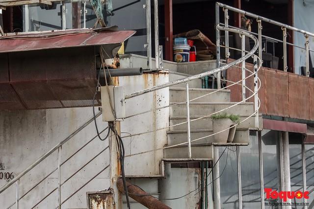 Tiềm ẩn nguy cơ cháy nổ ở bến thuyền bỏ hoang ven Hồ Tây - Ảnh 8.