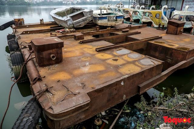 Tiềm ẩn nguy cơ cháy nổ ở bến thuyền bỏ hoang ven Hồ Tây - Ảnh 3.