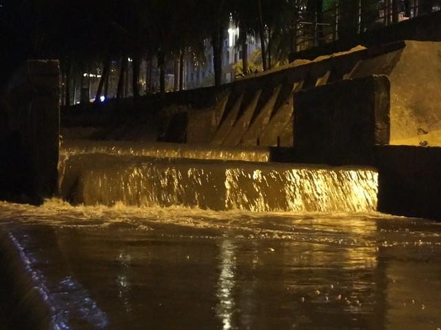 Nước thải đen ngòm đổ ra biển Đà Nẵng sau mưa lớn - Ảnh 1.