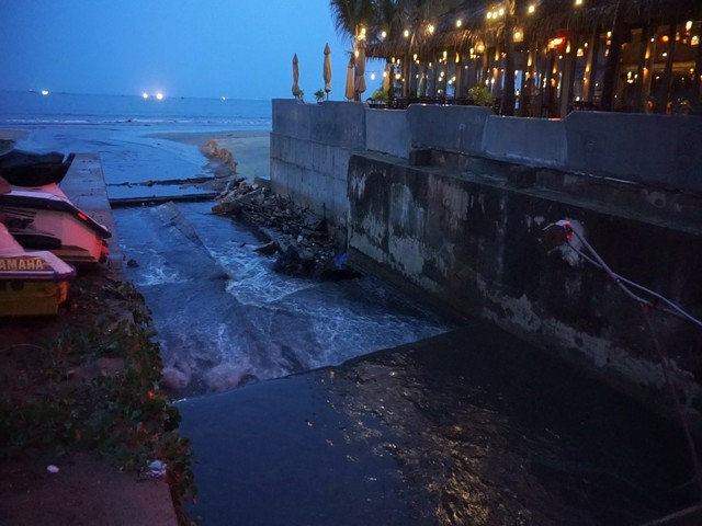 Nước thải đen ngòm đổ ra biển Đà Nẵng sau mưa lớn - Ảnh 2.