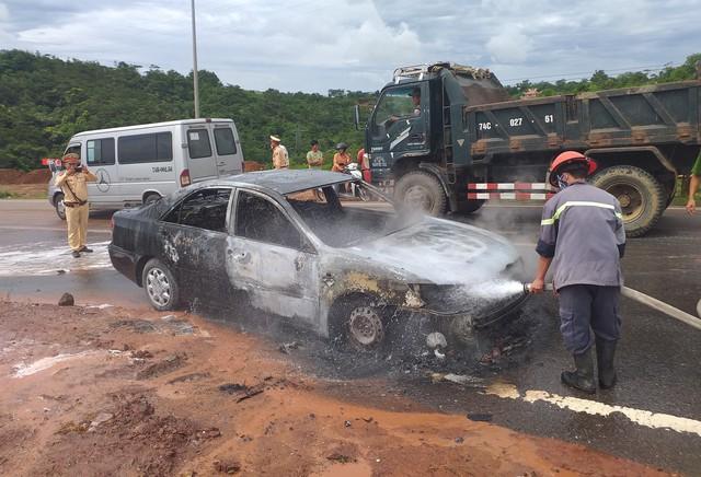Quảng Trị: Xe 4 chỗ đột ngột bốc cháy, tài xế tung cửa thoát thân - Ảnh 1.