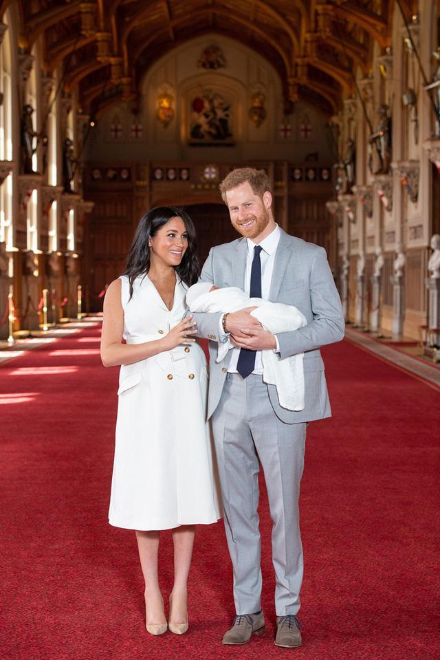 Con trai đầu lòng của Hoàng tử Harry lần đầu lộ diện trước công chúng - Ảnh 3.