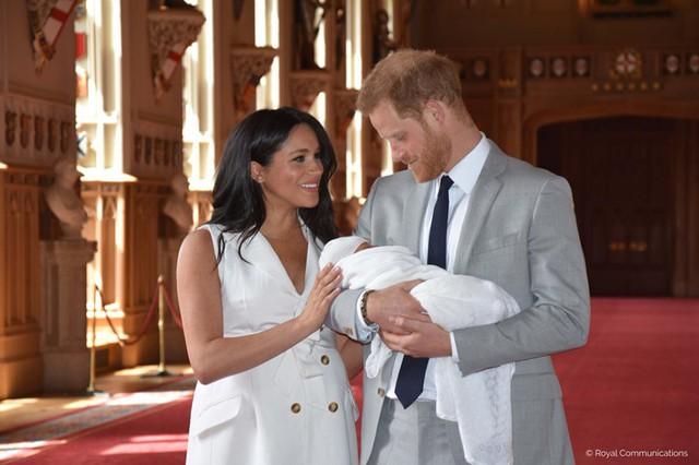 Con trai đầu lòng của Hoàng tử Harry lần đầu lộ diện trước công chúng - Ảnh 4.