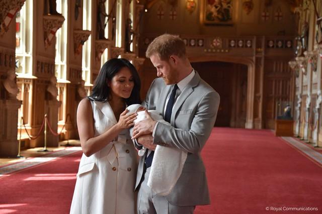 Con trai đầu lòng của Hoàng tử Harry lần đầu lộ diện trước công chúng - Ảnh 6.