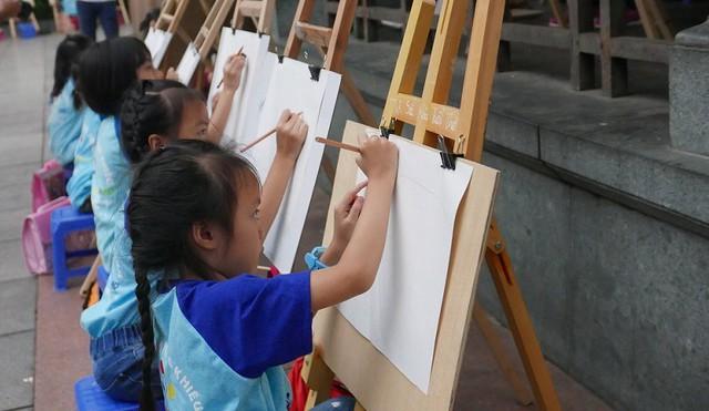 Hà Nội - Thành phố vì hoà bình qua nét cọ của các họa sĩ nhí - Ảnh 1.