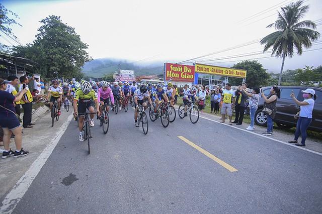 Sôi nổi Giải đua xe đạp tỉnh Khánh Hòa mở rộng leo đèo Hòn Giao - Ảnh 1.