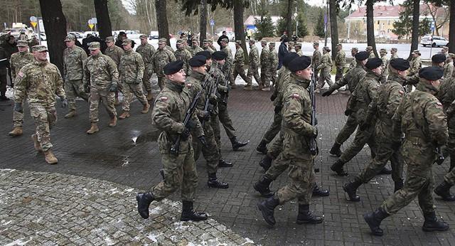 Vén màn nguyên nhân thực sự Ba Lan mở toang cửa cho đón binh lính và loạt khí tài Mỹ - Ảnh 1.