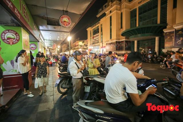Nắng nóng vượt mức 43 độ, phố Tràng Tiền ken đặc người tìm tới giải nhiệt - Ảnh 10.