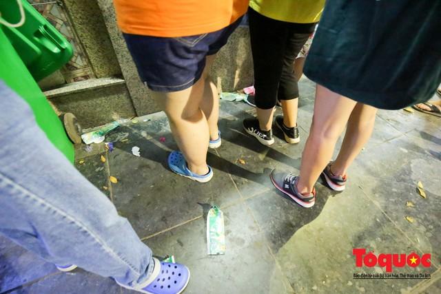 Nắng nóng vượt mức 43 độ, phố Tràng Tiền ken đặc người tìm tới giải nhiệt - Ảnh 8.