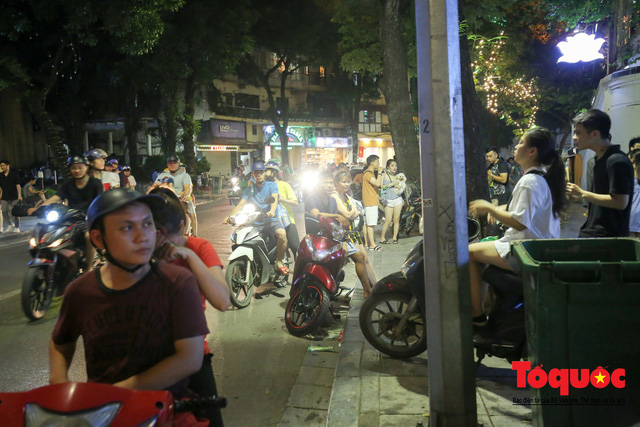 Nắng nóng vượt mức 43 độ, phố Tràng Tiền ken đặc người tìm tới giải nhiệt - Ảnh 13.